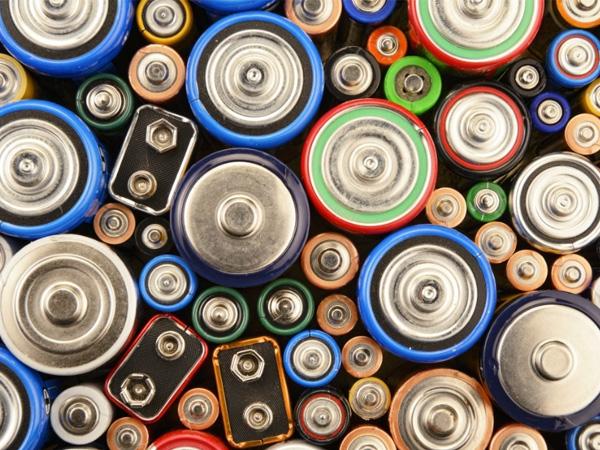"""磷酸铁锂电池""""省钱""""效应立竿见影 电动车装车量占比一年大涨6成"""